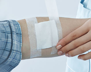 傷を保護するガーゼ・パッドを固定するときに