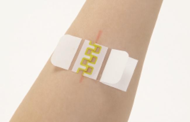 アトレスケアの貼り方 両手で貼る方法(おなかや脚に自分で貼るとき・ほかの人に貼ってあげるとき)の画像